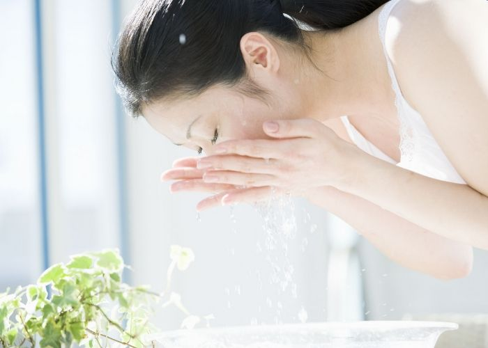 Rửa mặt bằng nước vo gạo trị mụn được không