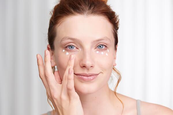 Sử dụng keo dưỡng da mắt trong cách dưỡng da mặt