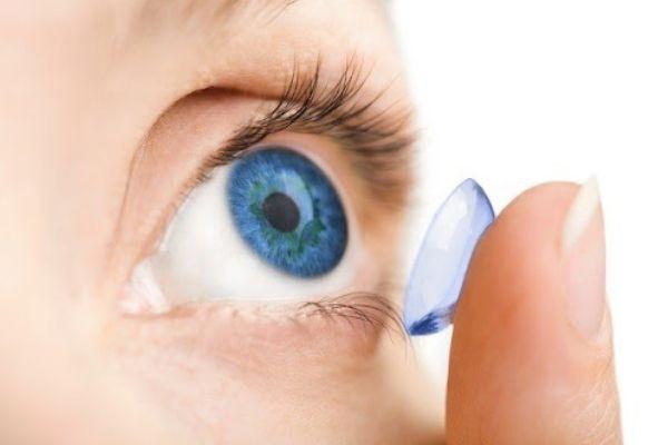 đeo lens giúp mắt to hơn